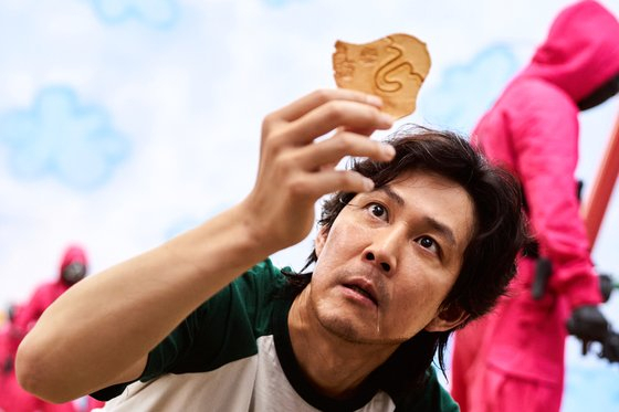 '오징어 게임' 흥행에 '달고나' 글로벌 열풍…바늘 사용법까지