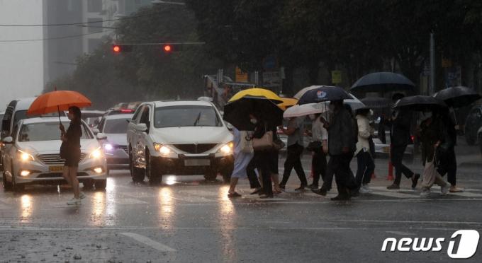 [내일 날씨]전국 빗방울…중부 새벽부터 천둥·번개 강한 비