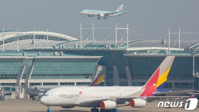 (인천=뉴스1) 안은나 기자 = 8일 인천국제공항에 대한항공 여객기가 착륙하고 있다. 대한항공은 지난 4~5일 우리사주조합과 구주주를 대상으로 진행한 유상증자 청약률이 104.85%를 기록했다고 8일 공시했다. 대한항공은 오는 6월30일 아시아나항공의 1조5000원 규모 유상증자에 참여해 아시아나항공 지분을 인수할 예정이다. 2021.3.8/뉴스1