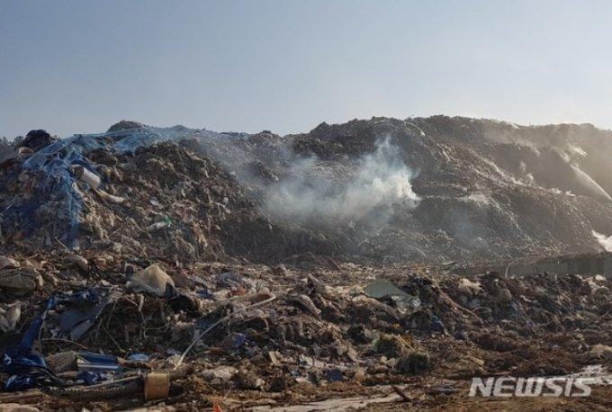 2019년 1월 경북 의성군 쓰레기산/사진=뉴시스