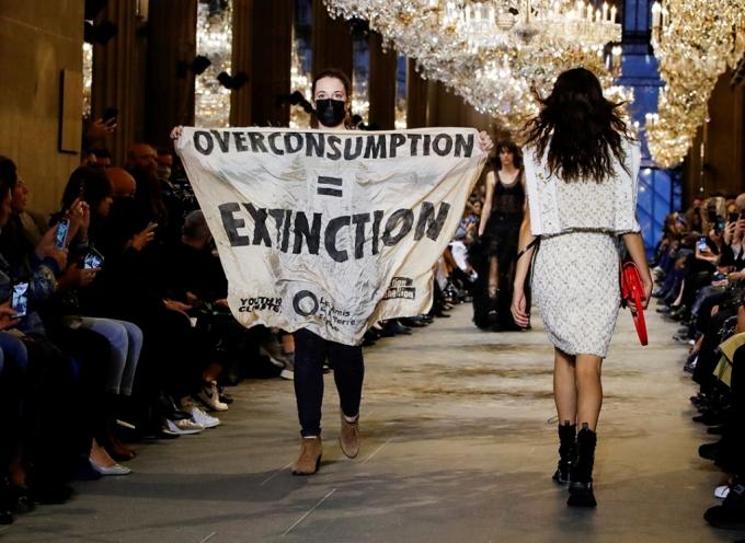 5일(현지시간) 프랑스 파리에서 열린 '루이비통' 2022 S/S 컬렉션 쇼에 난입한 시위자 /사진=로이터=뉴스1