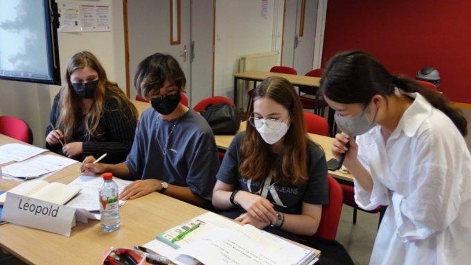 프랑스 캥페르 세종학당 소속 교원 김하니씨가 학생들을 가르치고 있는 모습.