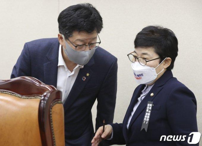 안호영 더불어민주당 간사(왼쪽)와 임이자 국민의힘 간사가 8일 오전 서울 국회에서 열린 환경노동위원회의 기상청에 대한 국정감사에서 대화를 나누고 있다. /사진=뉴스1