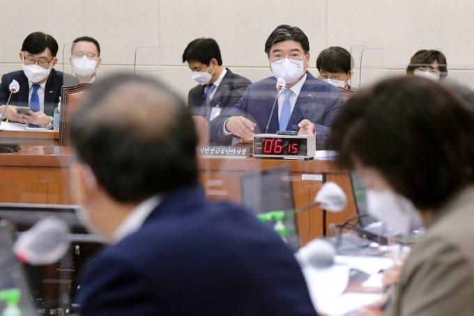 [서울=뉴시스] 최진석 기자 = 김용진 국민연금공단 이사장이 13일 오전 서울 여의도 국회에서 열린 국회 보건복지위원회의 국민연금공단에 대한 2021년도 국정감사에서 김원이 의원의 질의에 답하고 있다. (공동취재사진) 2021.10.13.