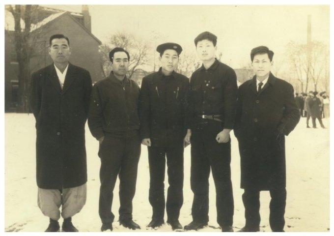이낙연 전 대표는 1970년 서울대학교 법대에 진학했고 부친은 입학식 때 학교까지 와서 기념사진을 찍었다. 가운데가 이 전 대표, 맨 왼쪽이 부친/사진=이낙연 페이스북