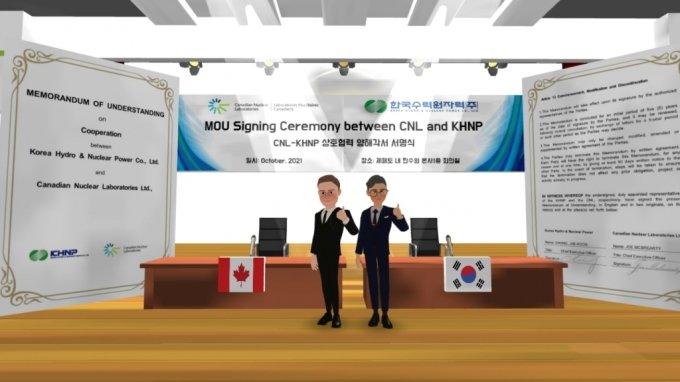 메타버스 공간에서 CNL CEO 조맥브라이어티(왼쪽) 한수원 정재훈 사장(오른쪽)이 메타버스 공간에서 포즈를 취하고 있다./사진제공=한국수력원자력