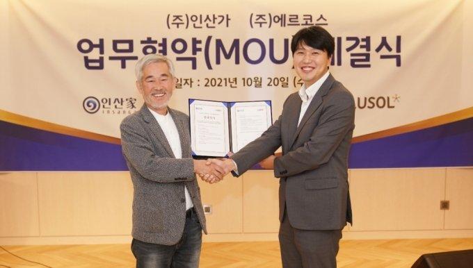 인산가 김윤세 대표(사진 왼쪽)와 에르코스 김슬기 대표가 업무협약을 체결하고 있다./사진=인산가