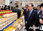 북한이탈 영농인 농산품 둘러보는 의원들