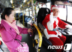 도심의 산타, 루돌프 대신 버스