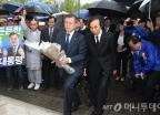 문재인, 민주의거 기념탑 참배로 유세전 돌입