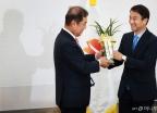 청와대 축하난 받는 김병준 비대위원장