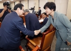 악수하는 김영주 장관-류장수 위원장