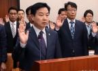 국감 선서하는 홍종학 장관