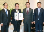 국회의장-3당 원내대표, 홍진 의장 흉상 건립 서명