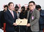 '5.18 망언' 항의서한받는 김병준 위원장