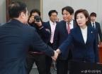 운영위서 만난 홍영표-나경원