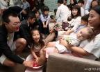 '다둥이 가족'들의 행복한 세족식