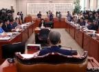 긴장감 도는 법사위 전체회의
