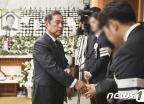 [사진] 정두언 전 의원 유가족 위로하는 김병준 전 비대위원장