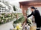 [사진] 정두언 전 의원 빈소서 헌화하는 손학규 대표