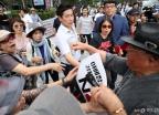 '친일 발언' 논란 항의 받는 주옥순