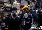 [사진] 경찰 향해 레이저 포인터 겨누는 홍콩 시위대