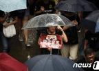 [사진] 빗속 행진 이어가는 홍콩 시위대