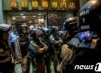 [사진] 홍콩 시위대 행진 바라보는 경찰 병력...고조되는 긴장감