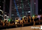 [사진] 정부건물 향해 레이저 포인터 겨누는 홍콩 시위대