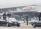 F35A 전투기 살펴보는 문재인 대통령