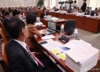 자료 가득한 법사위 전체회의