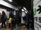 서울 지하철 정상운행...3호선 고장지연에 승객 불편