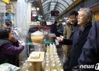 [사진] 상인과 대화 나누는 김용삼 1차관