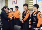 [사진] 소방관들 격려하는 진영 행안부 장관