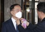 마스크 제조업체 찾은 홍남기 부총리