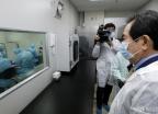 '신종 코로나' 진단시약 제조업체 찾은 정세균 총리