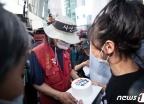 [사진] 케이크 전달 받는 김용희 씨