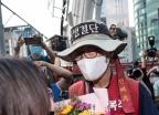 [사진] 꽃다발 받은 삼성 해고노동자 김용희 씨