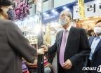 우산 구매하는 김종인