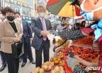 과일 구매하는 김종인 위원장