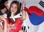 """안혜경, 날씨 전하다 강풍에 '복부 노출'…""""이정도면 방송사고"""""""