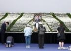 '박원순 추모' 72만 vs '서울시葬 반대' 53만…둘로 쪼개진 여론
