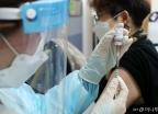 논란 속 'AZ 백신' 접종 재개