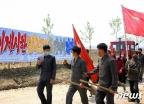 """[사진] """"알곡고지 점령""""…농장에 자원 진출한 北청년들"""