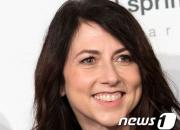 아마존 CEO와 '세기의 이혼' 뒤 2조원 기부한 여자