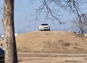 경주 고분 정상에 '의문의 SUV'…운전자, 올라간 이유 '함구'