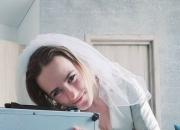 '사물성애자' 러시아 여성, 서류가방과 결혼…껴안고, 뽀뽀하고