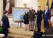 美, 한국전쟁 참전용사에 명예훈장…文 대통령, 외국정상 첫 참석