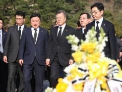 文 대통령 참석 이례적 공개, 盧 8주기 추도식 추모열기 고조