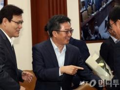 김동연 부총리가 장관들에게 꽃 선물한 이유는?